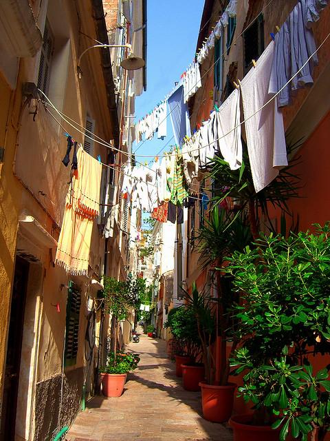 Узкая улочка на острове Корфу, Греция