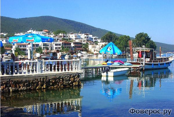 Бодрум - Корабль в порту, пляж и гостиницы - Турция