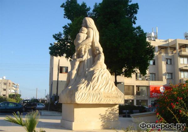 Пафос - Статуя Матери в центре города - Остров Кипр