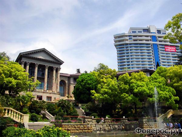Сочи - здание в Древнегреческом стиле и рядом новостройки