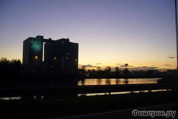 Вехел (Veghel) - Город в Голландии (Netherlands) - Ночной вид на завод с рекой