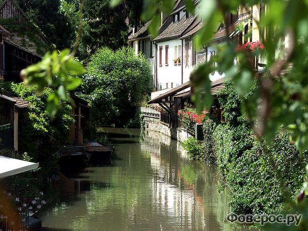 Кольмар - сказочный город Франции. Канал, утопающий в зелени