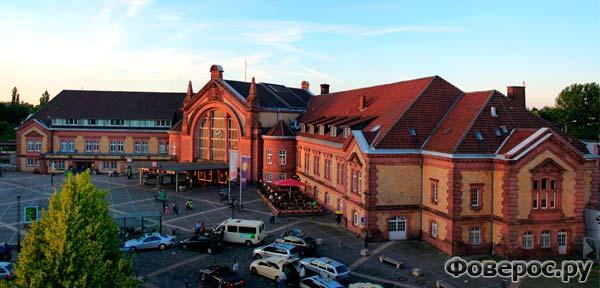 Оснабрюк является важным железнодорожным узлом. Здесь пересекаются линии Гамбург — Бремен — Рурская область и Амстердам — Ганновер — Берлин.