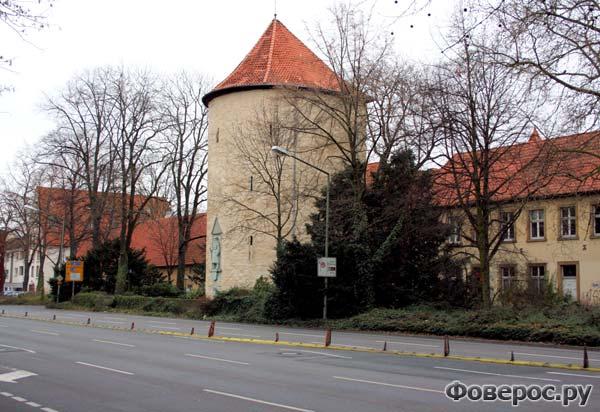 Каменная оборонно-сторожевая башня построенная в начале XIII века