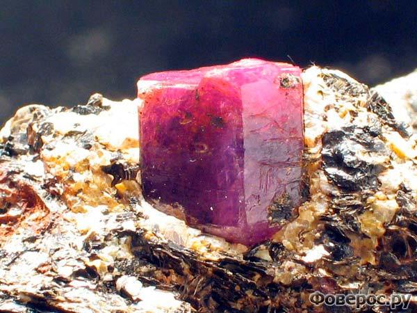 Уникальные кристаллы сапфира, месторождения которых расположены в регионе Иоси, Мадагаскар