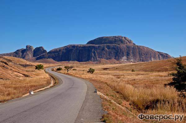 Дорога через саванну, ведущая к городку Иоси, Мадагаскар