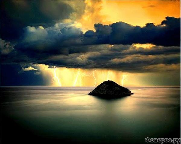 Берджеджи: Вид на ночной остров