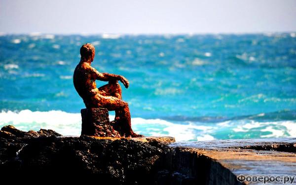 Форос: Статуя на пляже